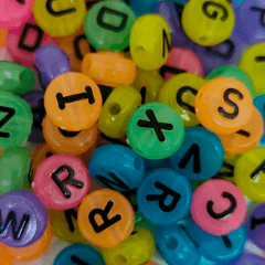 Miçanga Redonda Colorida - Letras Pretas Sortidas - 10mm - C/50g - Cód 150507
